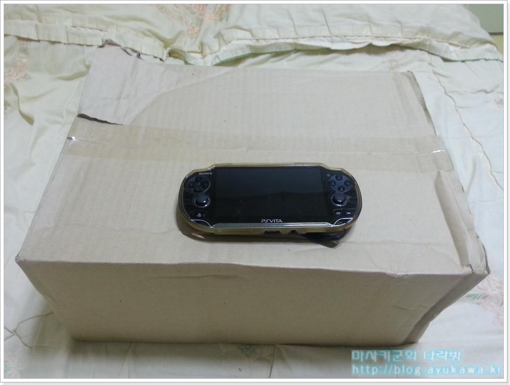 택배 박스. 얹어놓은 PV Vita는 크기 비교용. 뭐가 이렇게 커 (...)